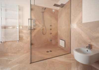 marble-floor-and-wall-coverings-bathroom-640x444